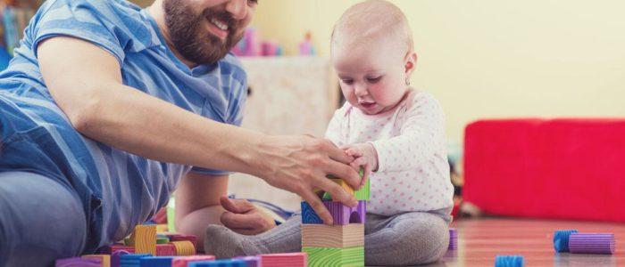 adulto y bebé juegan
